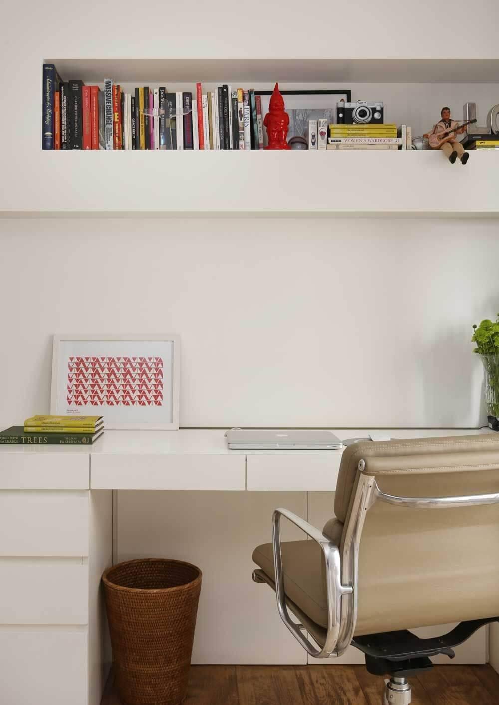escrivaninha branca com gavetas e quadro mauricio karam 150774