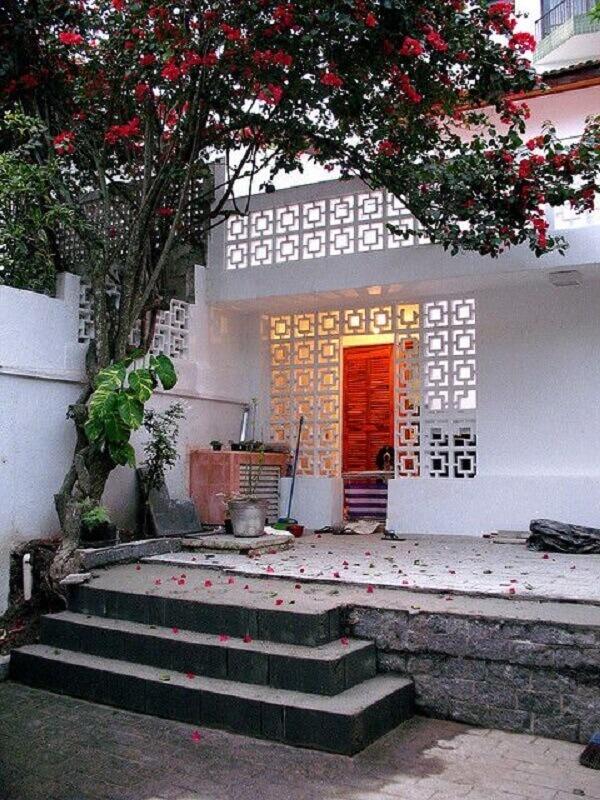 fachada de casa com cobogó de concreto pintado de branco Foto Zouk Architects