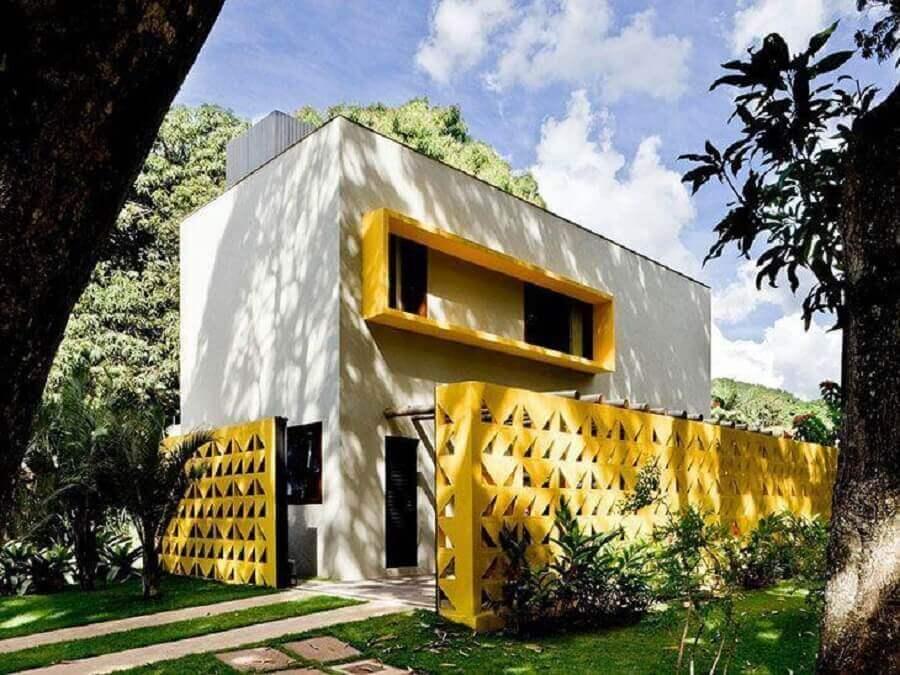 fachada de casa moderna com muro de cobogó amarelo Foto Ney Lima