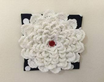 flor de croche branca quadro com botao-min