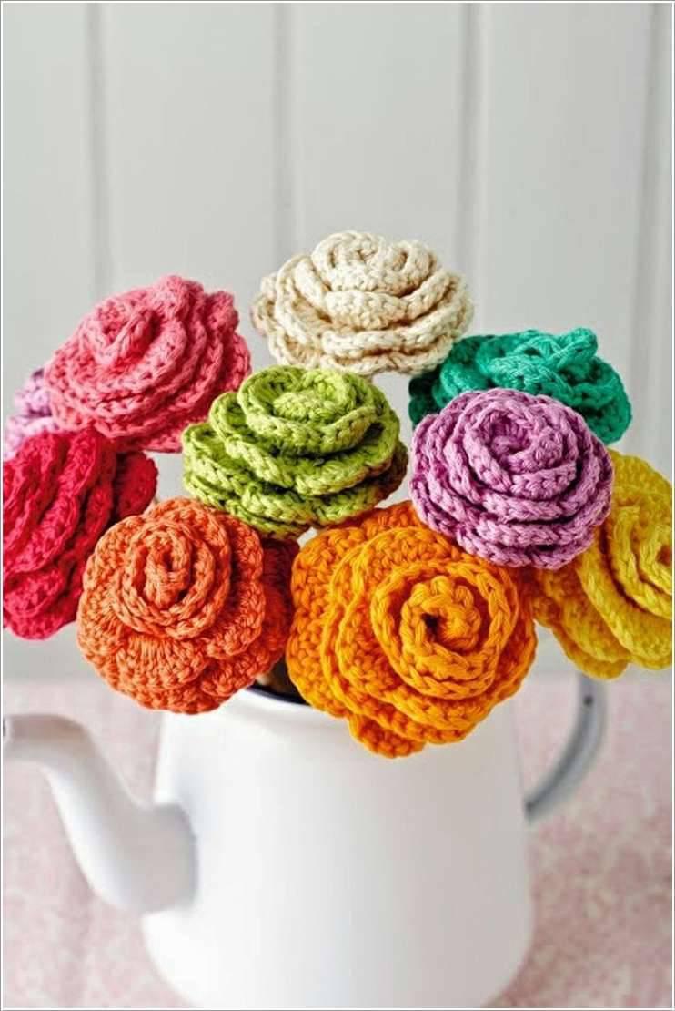 flores de croche diversas coloridas em regador-min
