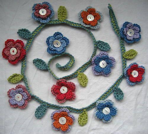 flores de croche em fio com botoes de madreperola-min