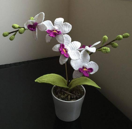 flores de croche orquidea em vaso de canto-min