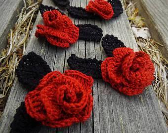 flores de croche rosas em madeira rustica-min
