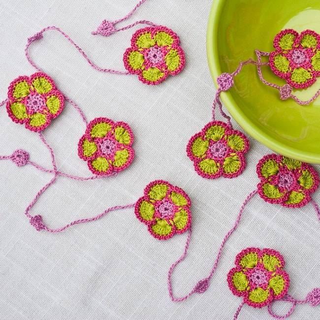flores de croche verde e rosa com fio decoracao de mesa-min