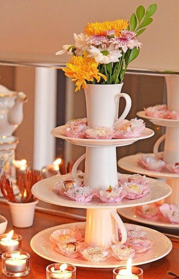 decoração de chá de panela com arranjos de flores Foto Beyato