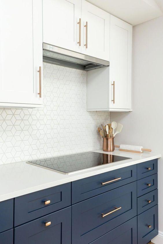 gabinete de cozinha - ambiente com gabinete azul e revestimento moderno