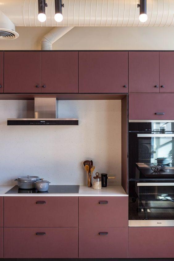 gabinete de cozinha - ambiente com tubulação aparente e gabinete vinho