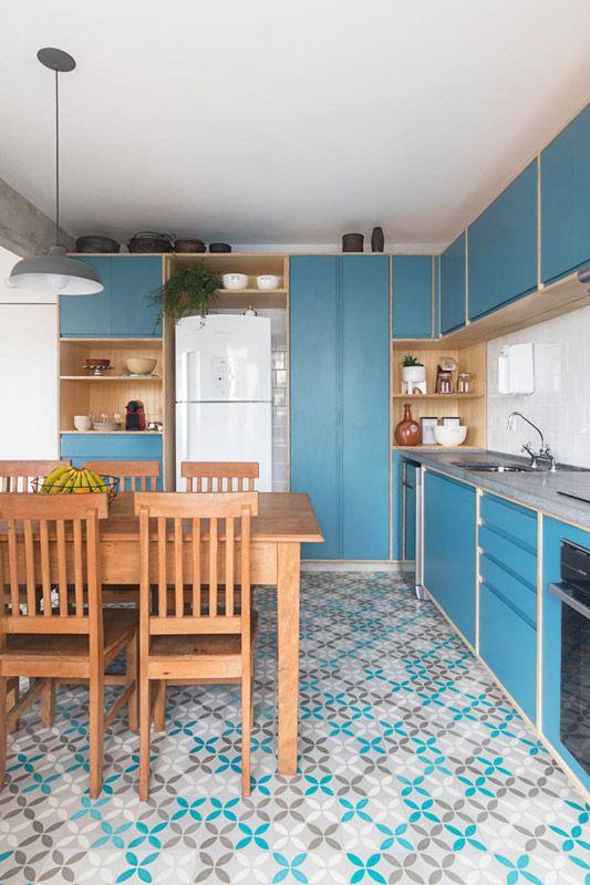 gabinete de cozinha - bancada de granito cinza e marcenaria azul escuro