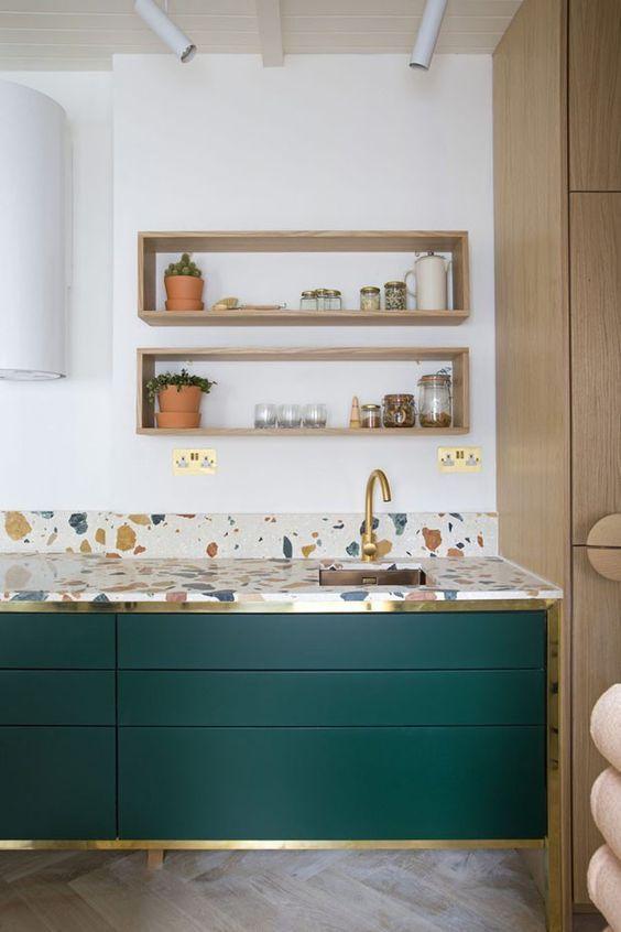 gabinete de cozinha - bancada diferenciada e gabinete com friso metálico