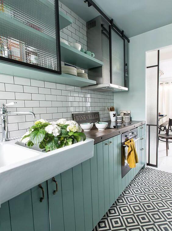 gabinete de cozinha - móvel superior com porta de vidro e gabinete azul