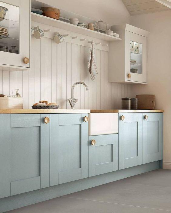 gabinete de cozinha - piso cerâmico cina laro e gabinete azul claro