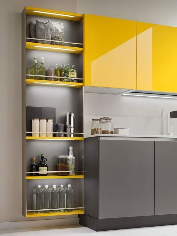 gabinete de cozinha - prateleiras de madeira amarela e gabinete cinza