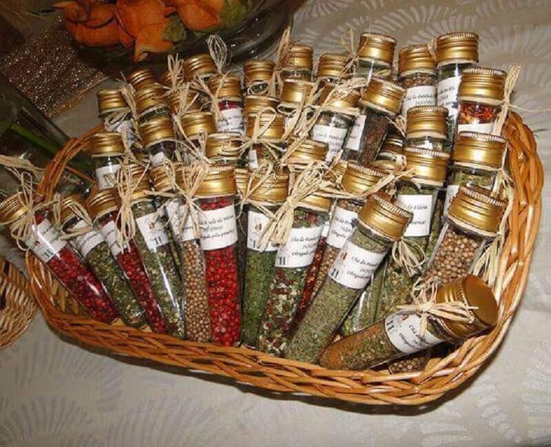 lembrancinhas de chá de panela com frasco de temperos