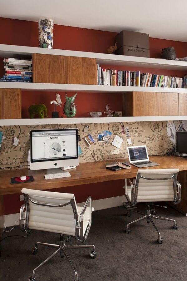 móveis para escritório com bancada de madeira e cadeiras brancas Foto Home and Interiors
