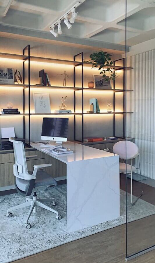 móveis para escritório com decoração moderna e iluminação embutida Foto Pinterest