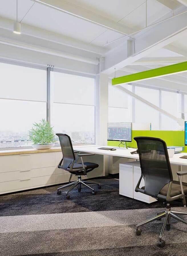 móveis para escritório decorado em branco e verde Foto Behance