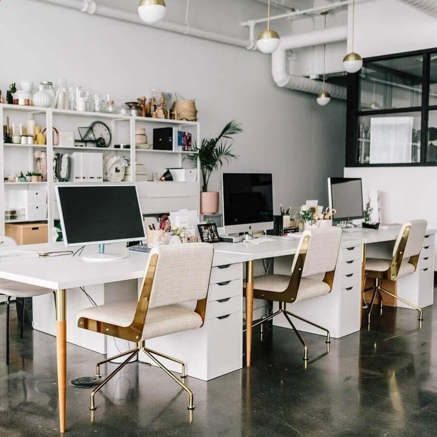 móveis para escritório todo branco com mesas e cadeiras com detalhes em dourado Foto Pinterest