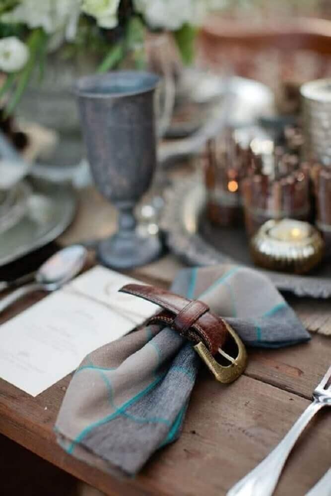 mesa com decoração de dia dos pais com porta guardanapo de cinto