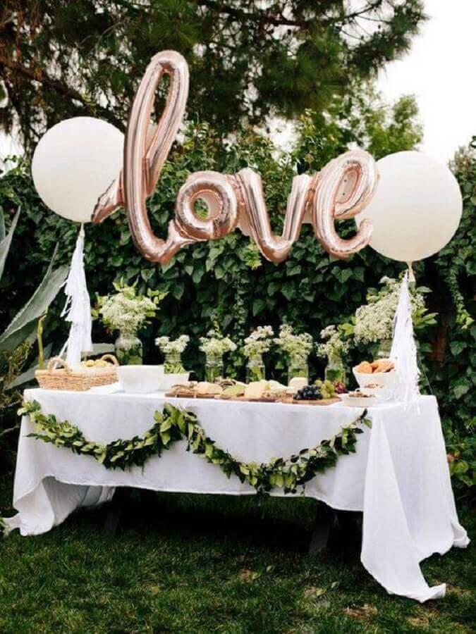 mesa de chá de panela decorada com balões e folhagens