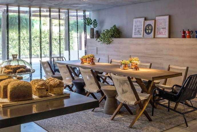mesa de madeira - jantar com mesa de madeira e cadeira trançada