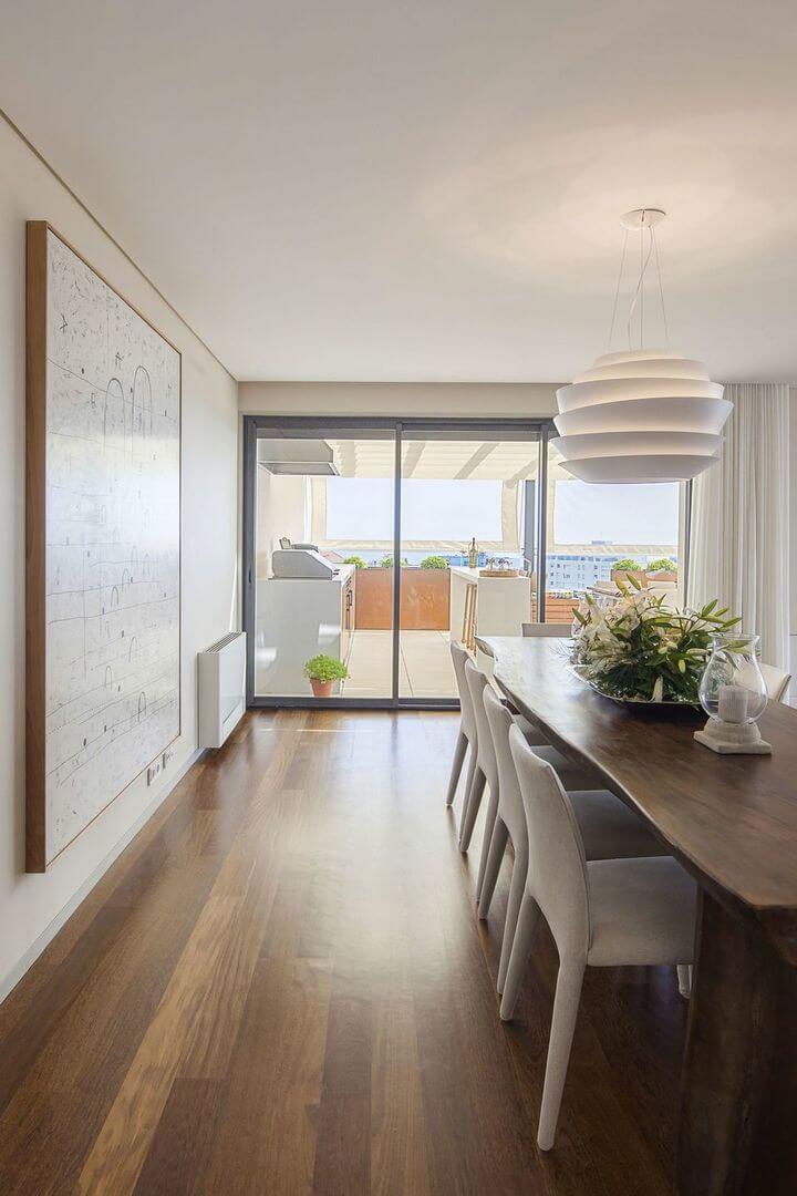 mesa de madeira - pendente branco e mesa de madeira