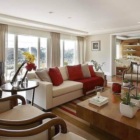mesa de madeira sala de estar com enfeites patricia covolo 50285