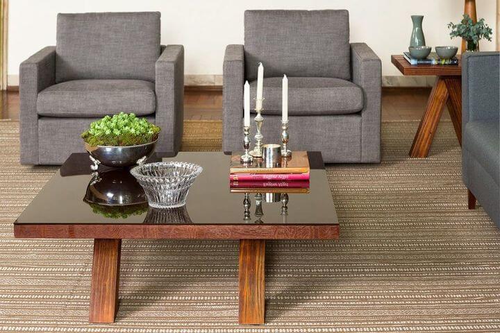 mesa de madeira - sala de estar com mesa de centro de madeira e tampo de vidro