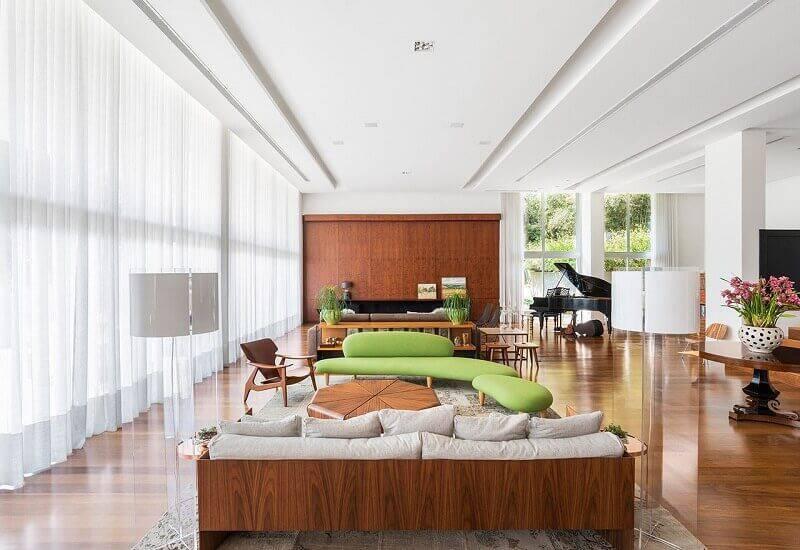 mesa de madeira sala de estar sofa verde leonardo muller 152342