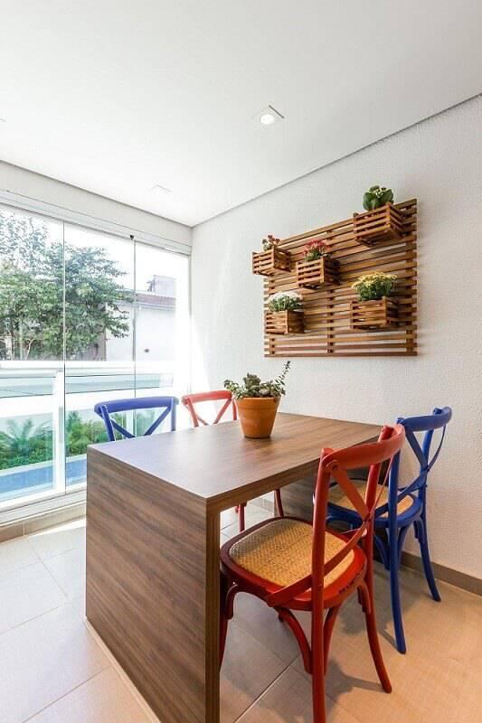 mesa de madeira varanda cadeiras coloridas by arquitetura 81539