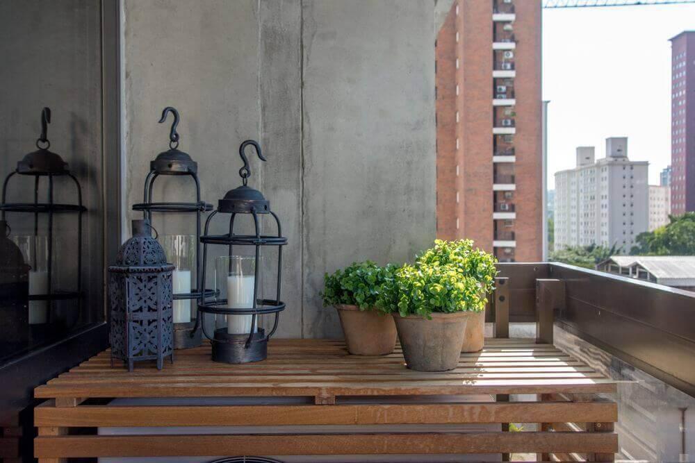 mesa de madeira varanda com lanterna e vasos danyela correa 133562