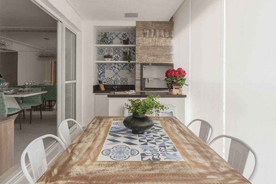 mesa de madeira - varanda com mesa de madeira e cadeira brancas