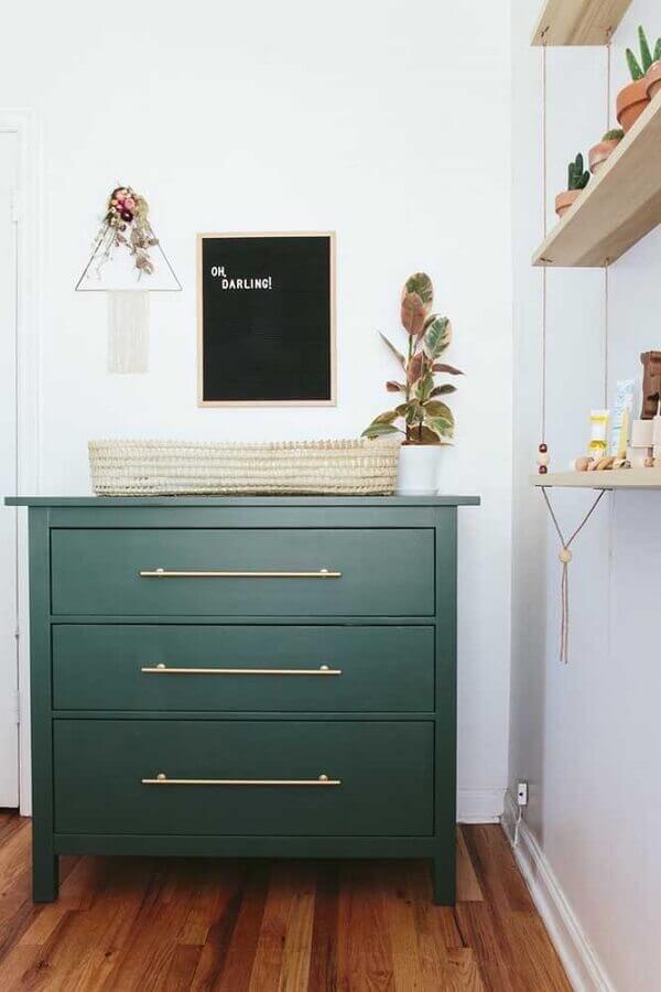 modelo de cômoda de madeira pintada de verde com puxador dourado Foto Opal Pipeline
