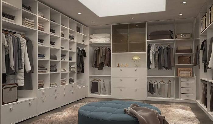 Closet feito com móveis planejados
