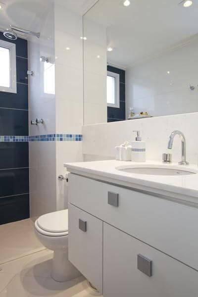 pastilhas de vidro banheiro com faixa azul deborah basso 92232