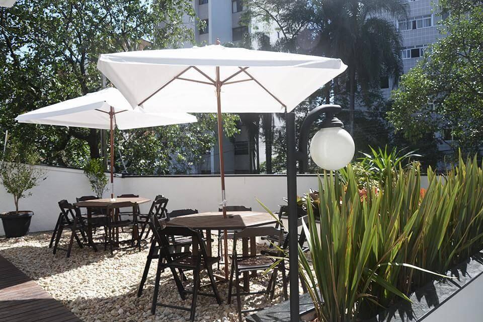 pedras decorativas jardim com mesas e guarda sol tria arquitetura 85386