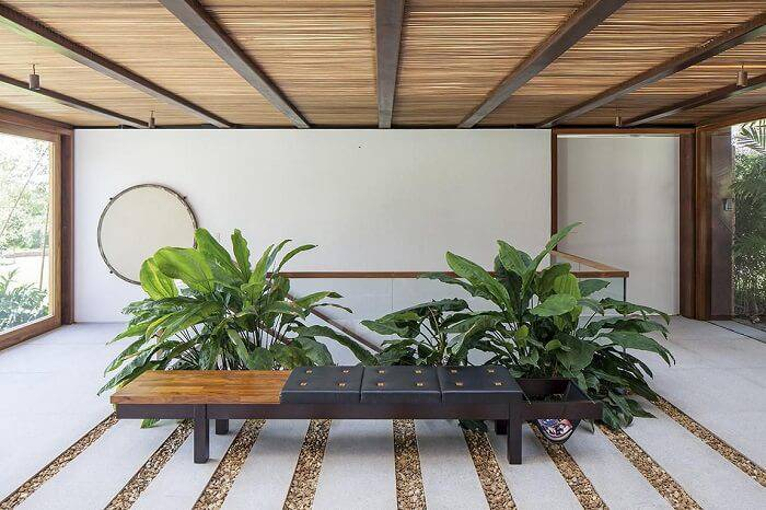 pedras decorativas jardim interno banco com almofada patricia martinez 68697