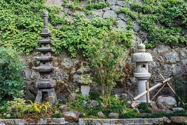 Pedras decorativas no jardim