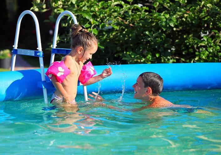 piscina inflavel grande com crianças-min