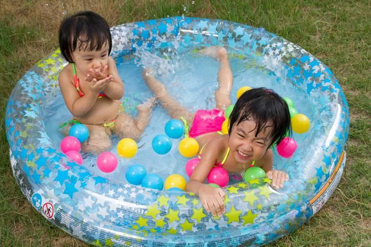 piscina inflavel infantil no jardim-min