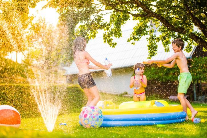 piscina inflavel infantil no quintal-min