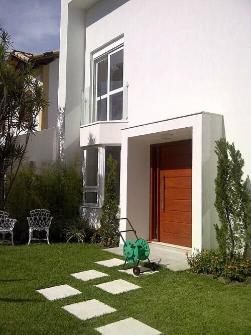 portas de madeira fachada branca margareth salles 108294