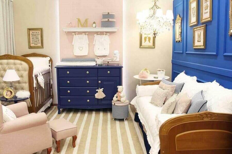 quarto de bebê decorado com cômoda azul marinho Foto Meyer Cortez