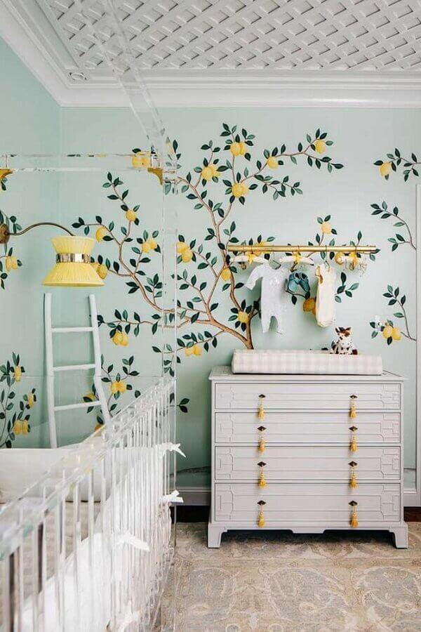 quarto de bebê decorado com papel de parede e cômoda branca com puxador amarelo Foto Le Blog