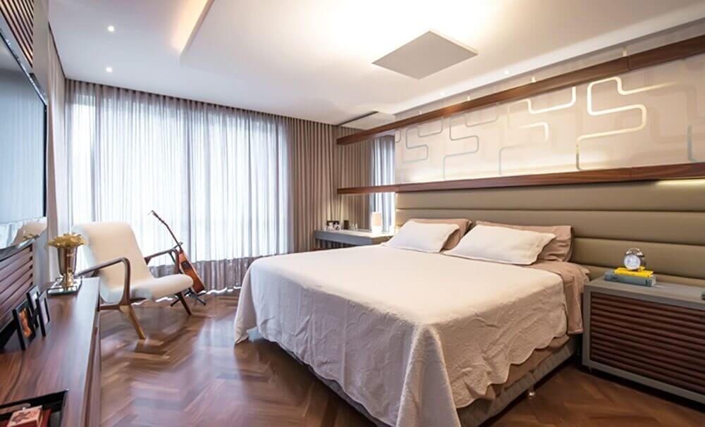 quarto de casal com decoração moderna e cabeceira estofada