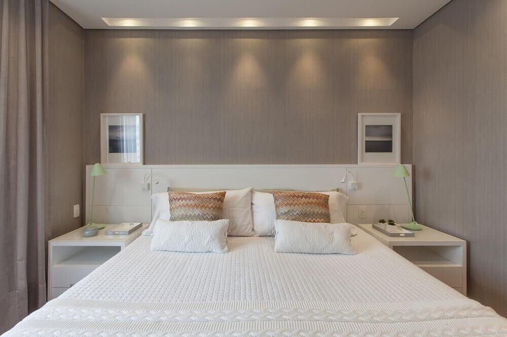 quarto de casal decorado com criado e cabeceira branca