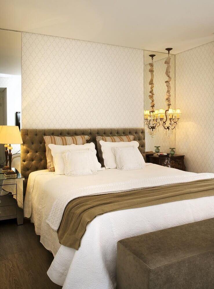 quarto de casal decorado com criado espelhado e cabeceira estofada