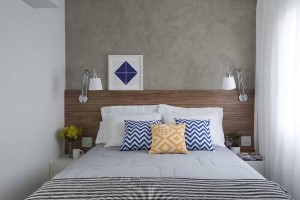 quarto de casal pequeno com cabeceira de madeira