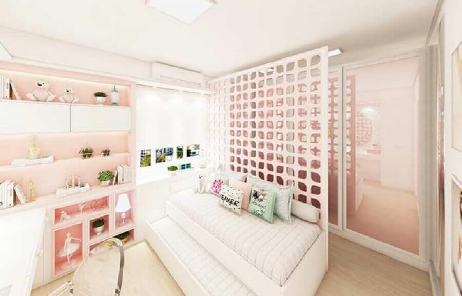 quarto feminino decorado com divisão de cobogó para closet Foto Pinosy