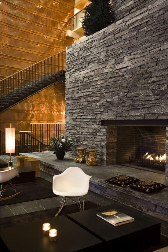 Sala de estar om pedras decorativas na lareira